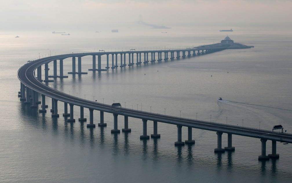 Megaobra de 55 quilômetros de extensão inclui trechos de estradas, três pontes, ilhas artificiais e túnel subaquático — Foto: AP Photo/Kin Cheung