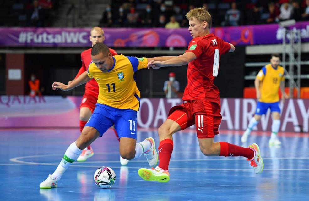 Ferrão recebe a marcação do tcheco Slovacek — Foto: Chris Ricco/FIFA