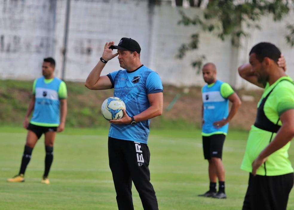 Roberto Fernandes deixa dúvidas no ar no ABC — Foto: Luciano Marcos