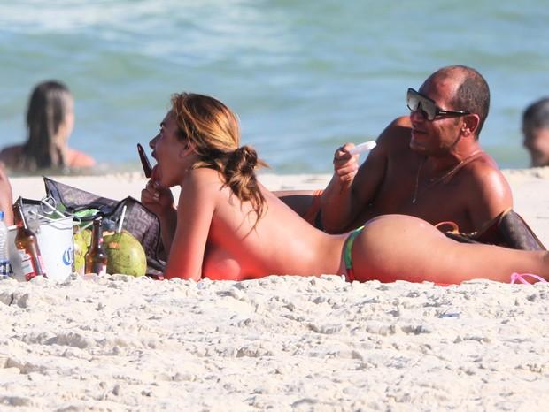 Nicole Bahls curtindo Praia da Barra da Tijuca (Foto: Dilson Silva/ AgNews)