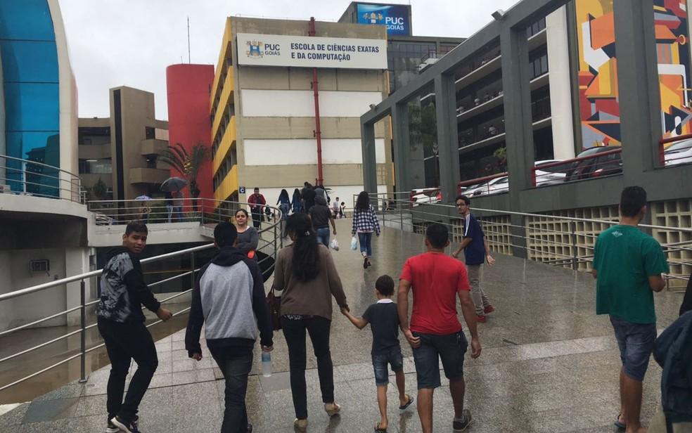 Após forte chuva que caiu na capital goiana, candidatos chegam para o primeiro dia de provas do Enem  (Foto: Vitor Santana/G1)