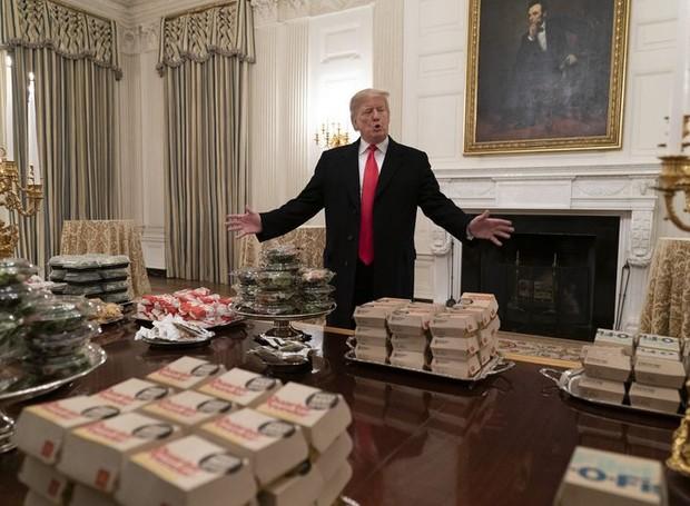 O presidente Donald Trump ofereceu um banquete de fast food aos jogares da liga universitária de futebol americano (Foto: Getty Images/ Delish /Reprodução)