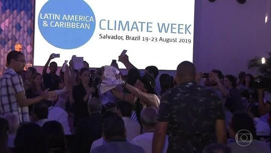 Manifestantes vaiam Ricardo Salles na Semana do Clima