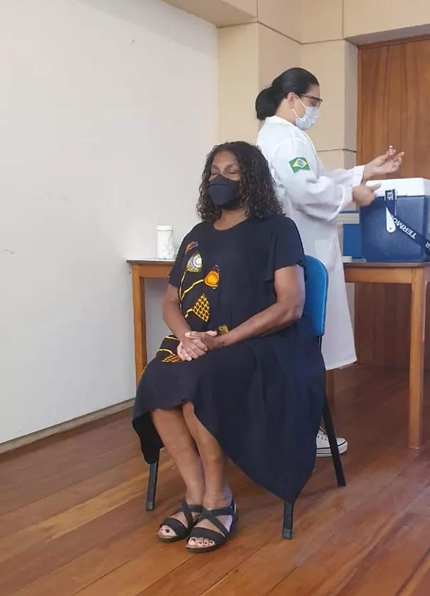 Zezé Motta recebendo vacina contra coronavírus (Foto: Divulgação)