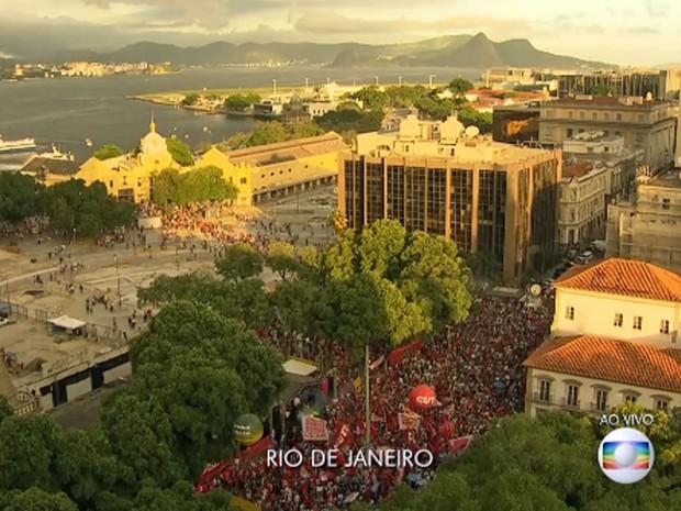 Vista aérea do ato em defesa de Dilma e Lula na Praça 15, no Rio (Foto: Reprodução / Globo)