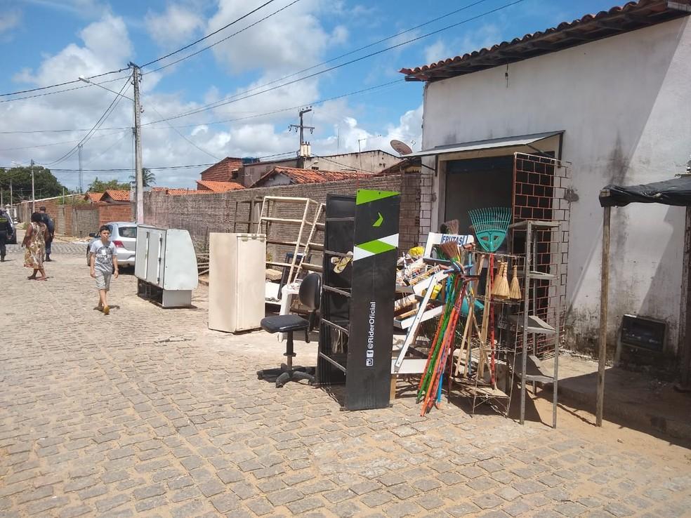 Moradores irregulares foram despejados de casas na manhã desta terça-feira (9) no Conjunto Praia-mar, na Zona Oeste de Natal — Foto: Igor Jácome/G1