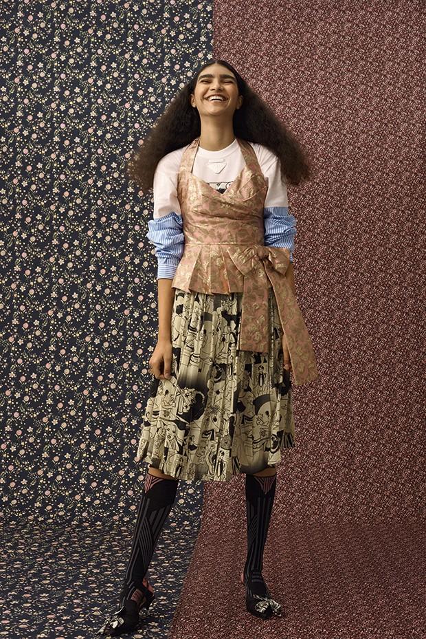 Top e vestido, preços sob consulta, meia, R$ 770, e sapatos, R$ 3.190, Prada. Anéis Yael Sônia, de R$ 5.500 a R$ 7.200 (cada)  (Foto: Gustavo Ipólito (MLages))