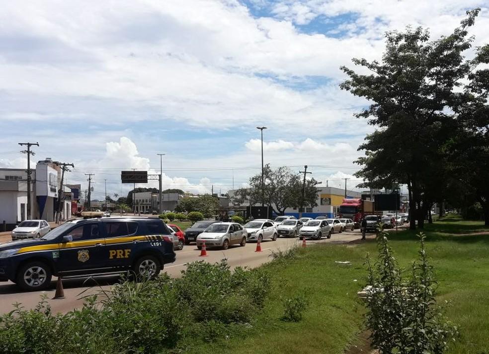 Trânsito para em viaduto de Porto Velho por causa de carreta quebrada (Foto: Cícero Moura/Arquivo pessoal)