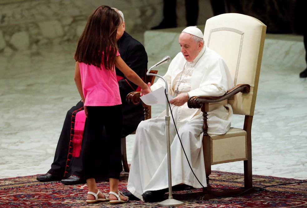 Garota para em frente ao papa Francisco durante audiência geral no Vaticano  — Foto: Remo Casilli/Reuters