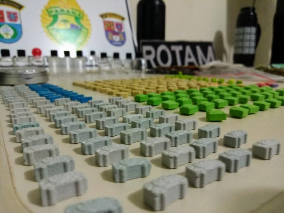 Polícia encontrou grande quantidade de droga na casa de duas mulheres, presas na noite de segunda-feira (24), em Mandaguari — Foto: PM-PR/Divulgação