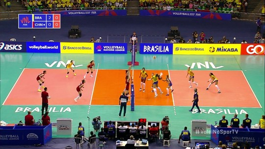 Paula explora o bloqueio e abre o terceiro set para o Brasil