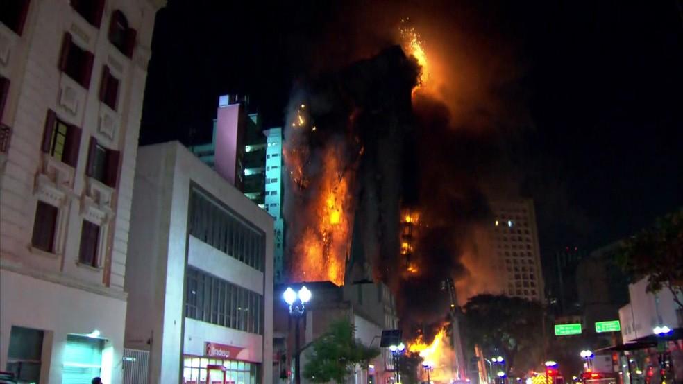 Prédio desaba durante incêndio no Centro de SP — Foto: Reprodução/TV Globo