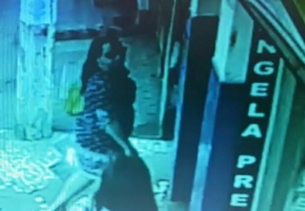 Imagem de videomonitoramento de golpista entrando em banco (Foto: Reprodução/Polícia Civil)