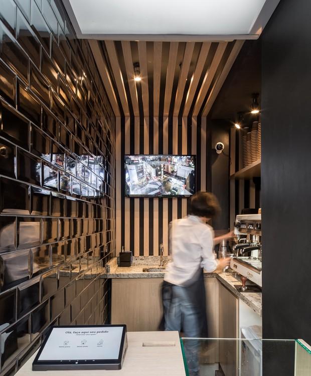Ambiente interno tem pegada urbana e elegante, com madeira clara e azulejos de metrô  (Foto: Eduardo Macarios )