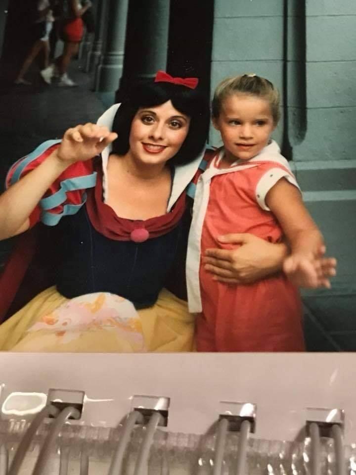 Amber, quando criança, ao lado de Branca de Neve (Foto: Reprodução Facebook)