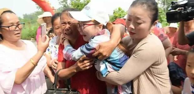 O emocionante reencontro de Wang Shanshan com sua mãe biológica após 30 anos (Foto: The Mirror/ Reprodução)