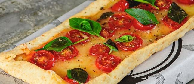 A pizza margherita de pão de queijo