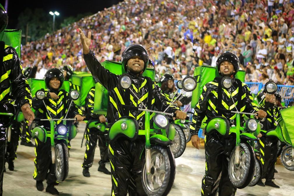 Motoboys são representados em ala da Grande Rio — Foto: Rodrigo Gorosito/G1
