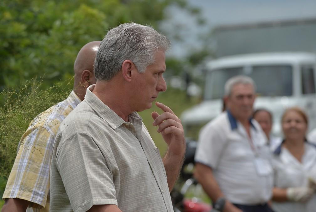 O presidente de Cuba, Miguel Diaz-Canel, chega ao local do acidente aéreo em Havana nesta sexta (18).  (Foto: Yamil Lage/AFP)