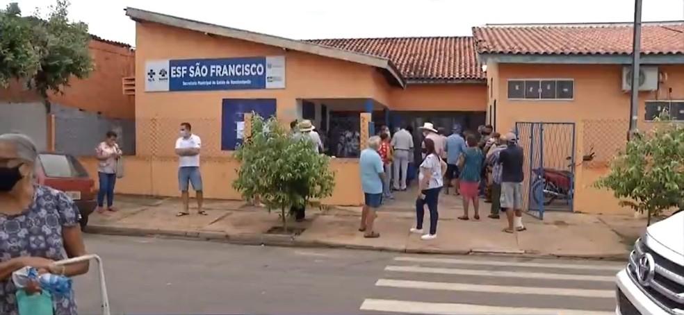 Idosos madrugaram em filas, vacinas acabaram e campanha foi suspensa em Rondonópolis (MT) — Foto: TV Centro América