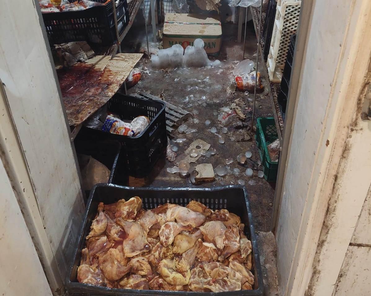 Vigilância Sanitária interdita câmara fria de mercado com mais de 500kg de alimentos considerados impróprios para o consumo humano