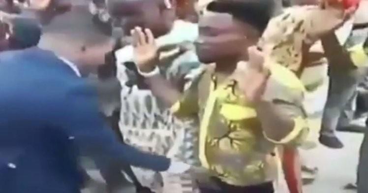 O pastor massageia o pênis de um fiel na sua igreja