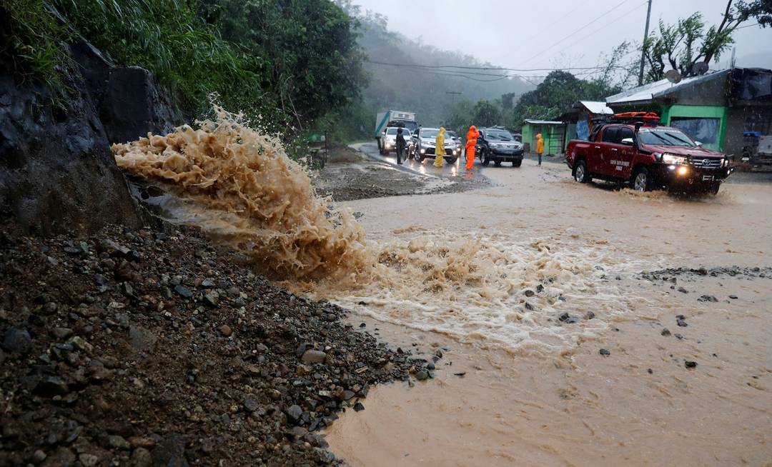 Rua de Luzon, nas Filipinas, é atingida por enchentes na passagem do tufão Mangkhut