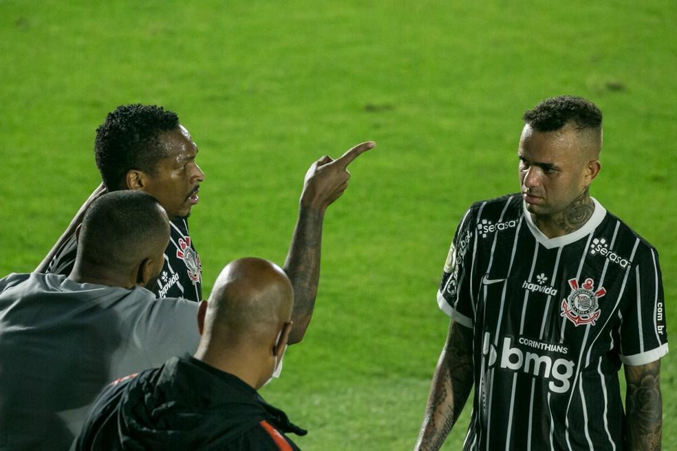 Coelho orienta Luan e Jô durante empate com o Bragantino — Foto: Rodrigo Coca / Ag.Corinthians