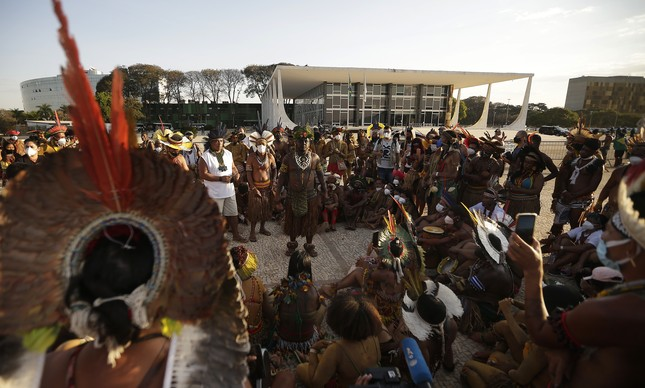 Indígenas durante protesto contra o marco temporal diante do STF, em Brasília