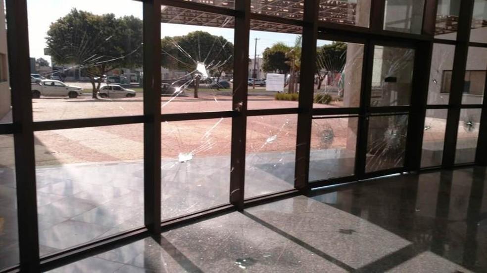 Mulher usa machado e quebra janelas de prefeitura de Nova Andradina (MS). (Foto: Luiz Gustavo)