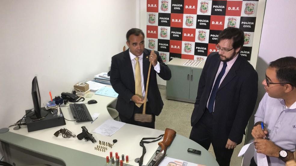 Delegados apresentam objetos que estavam com quadrilha de assaltantes de bancos. (Foto: André Teixeira/G1)
