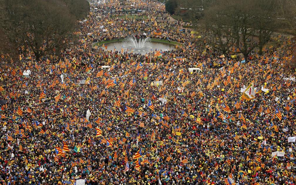 -  Manifestantes participam de ato em apoio a Carles Puigdemont e à independência catalã, em Bruxelas, na Bélgica, na quinta-feira  7   Foto: Reuters/Fr