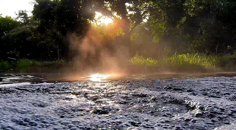 Rio de águas quentes e transparentes também é cercado de muita natureza — Foto: Globo Repórter