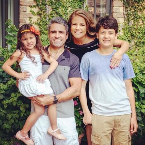 Nivea Stelmann e a família (Foto: Reprodução / Instagram)