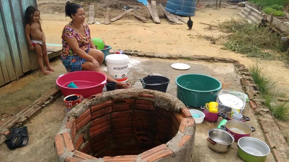 Moradores reclamam de falta de água em Cruzeiro do Sul  (Foto: Anny Barbosa/G1)