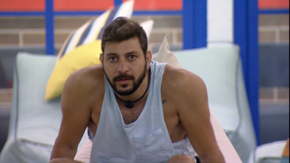 BBB21: Caio diz para brothers: 'Se eu não for Líder hoje, eu estou em todos os Paredões daqui para frente' — Foto: Globo