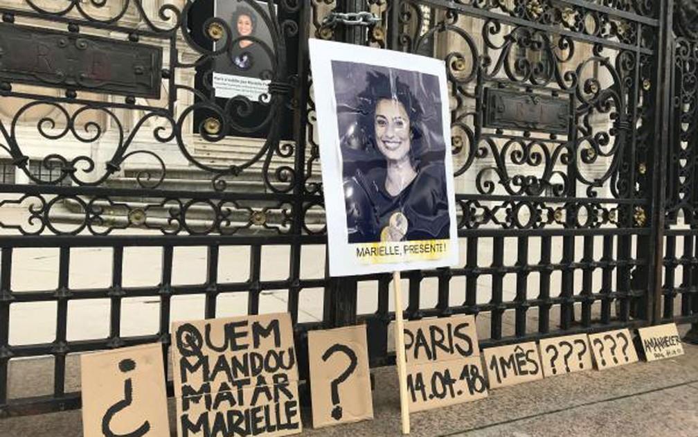 Foto de Marielle Franco está exposta diante da prefeitura de Paris, onde foi realizado o protesto um mês após o assassinato da vereadora brasileira — Foto: RFI/Paloma Varón