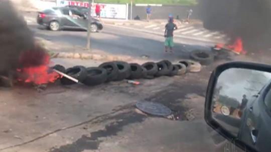 Moradores de Itaquaquecetuba queimam pneus em manifestação contra as enchentes na cidade