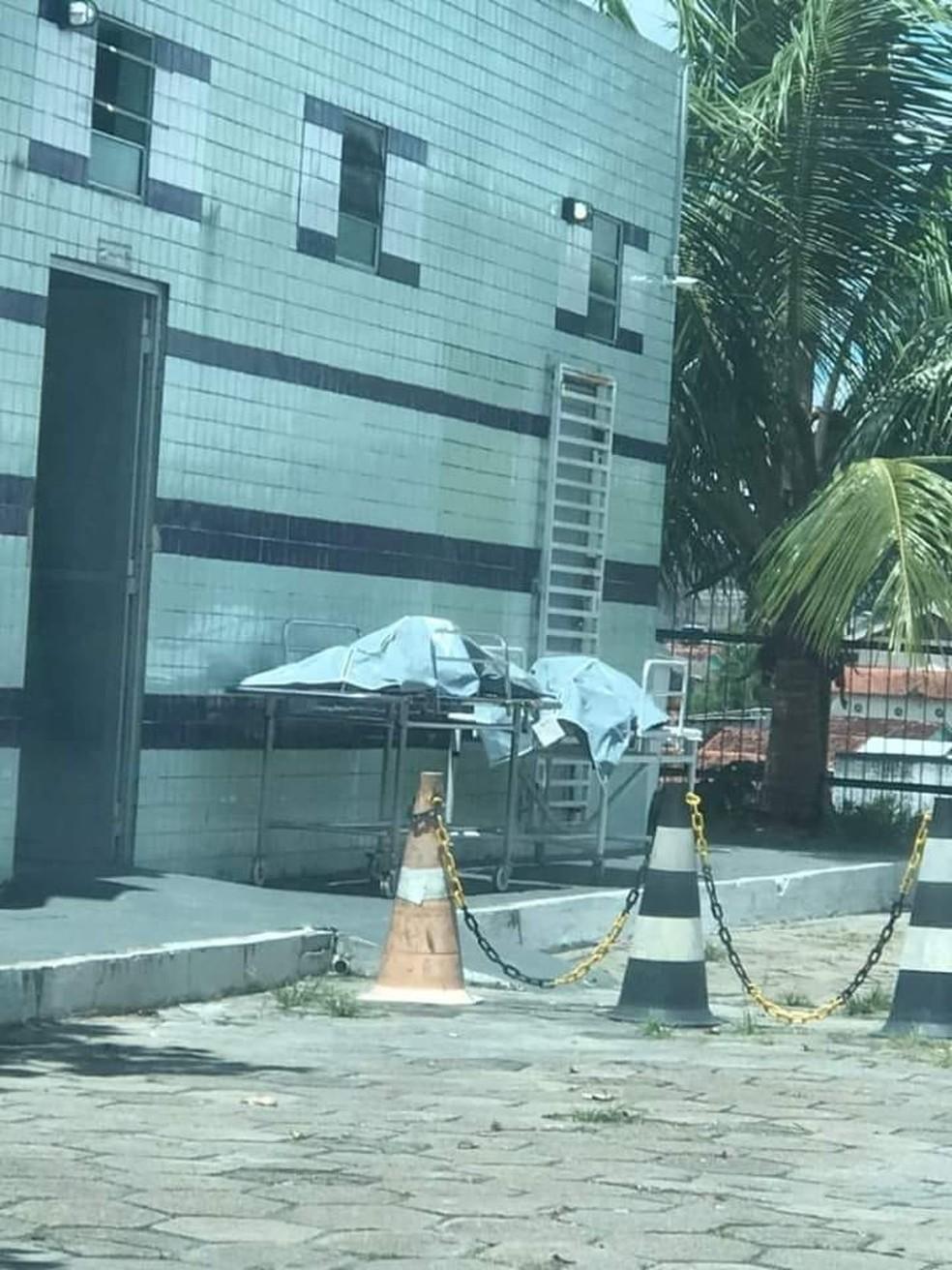 Imagem que circula em redes sociais mostra corpos deixados fora de necrotério em SPA de Manaus. — Foto: Reprodução/Redes Sociais