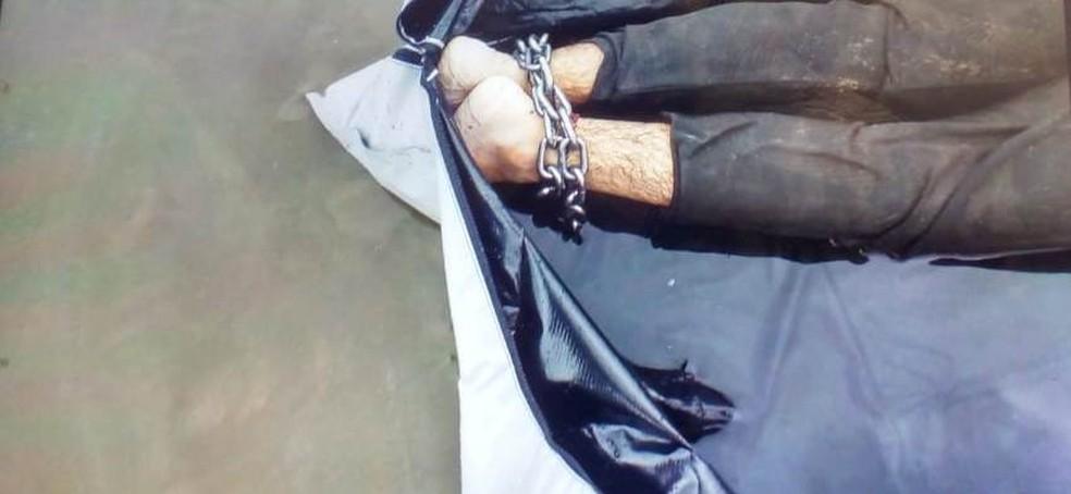 Corpo foi encontrado com os pés acorrentados, em Guarujá — Foto: G1 Santos