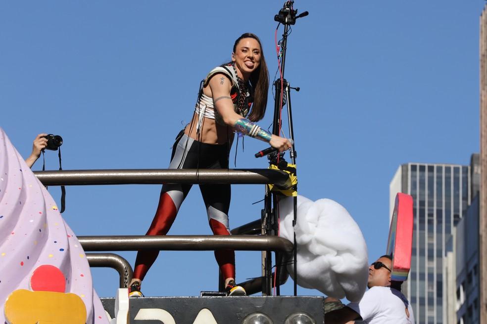 Mel C mostra a língua durante a apresentação na Parada LGBT — Foto: Celso Tavares/G1