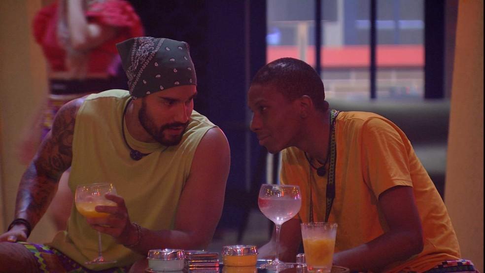 Arcrebiano e Lucas conversam sobre Nego Di e Pocah — Foto: Globo