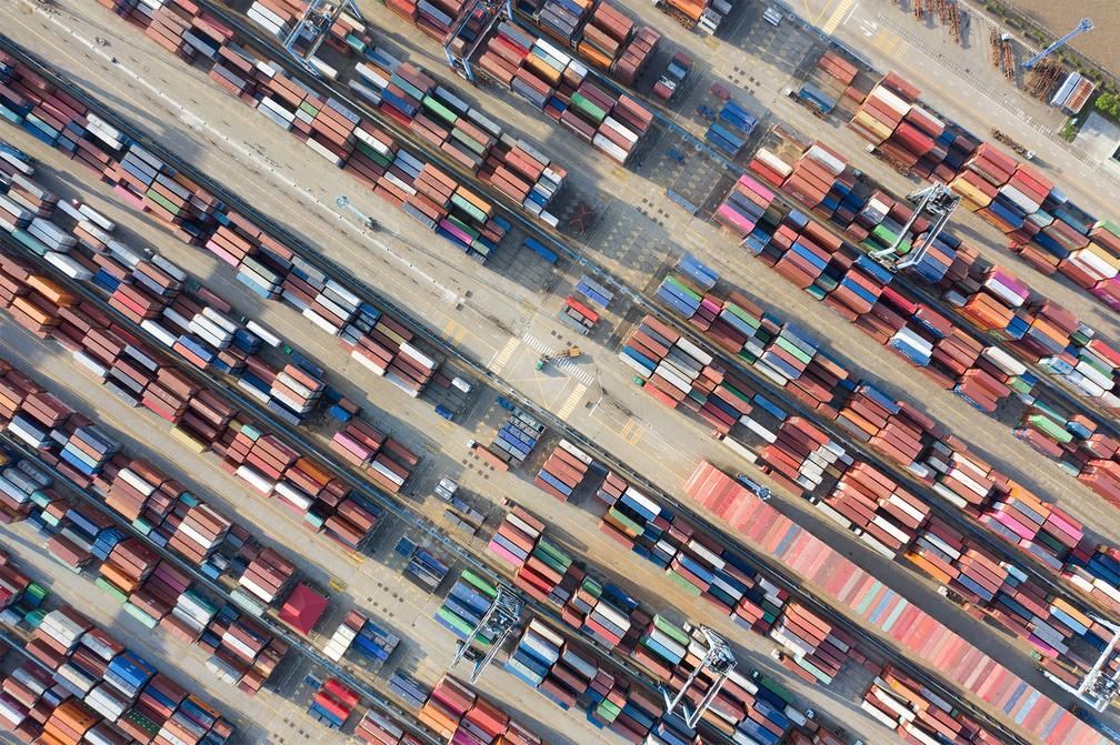 31 de maio - Contêineres são vistos do alto empilhados em porto de Ningbo, na província de Zheijang, na China — Foto: Reuters/Stringer