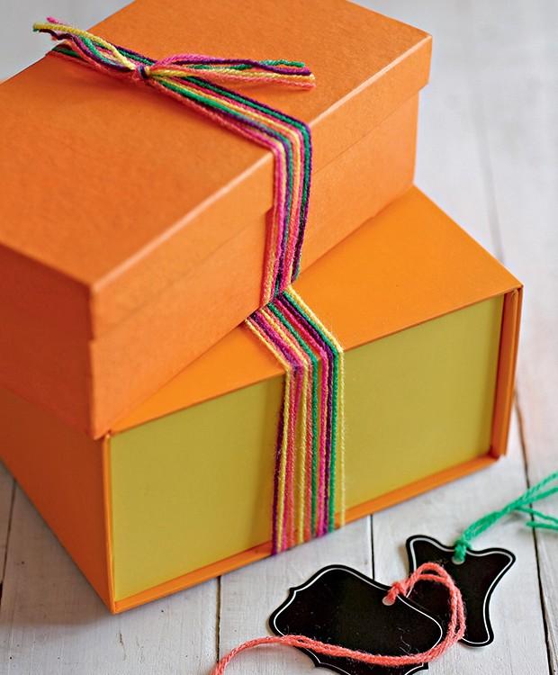 Cansou de laços? Fios de lã colorida substituem laçarotes alegremente (Foto: Elisa Correa/Editora Globo)
