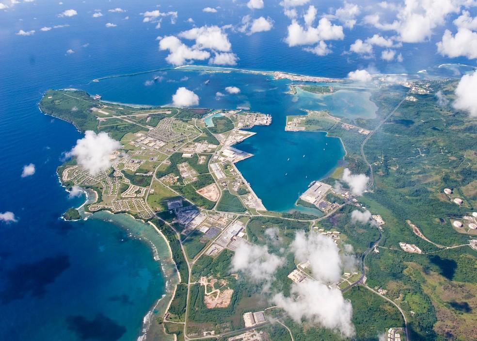 Vista aérea de Guam, território americano no Oceano Pacífico, próximo da Coreia do Norte, que Kim Jong-un prometeu atacar (Foto: Marinha dos EUA via Reuters)