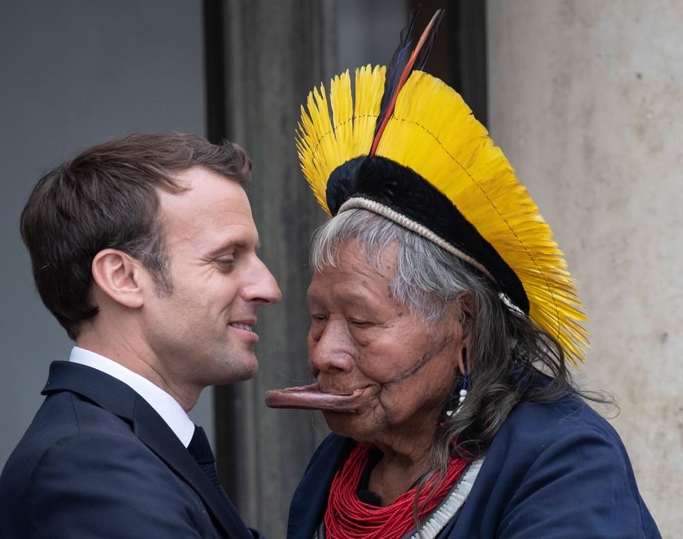 Presidente francês, Emmanuel Macron, cumprimenta líder indígena Raoni, em encontro no Palácio do Eliseu, sede do governo, em Paris, na quinta-feira (17) — Foto: Thomas Samson / AFP