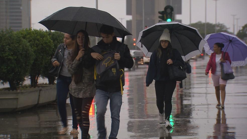Pedestres em dia de chuva, em Brasília; imagem de arquivo — Foto: TV Globo/Reprodução