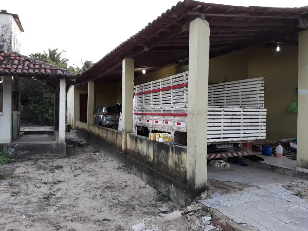 Polícia apreendeu 5 carros roubados dentro da casa em Parnamirim  (Foto: Cláudia Angélica/Inter TV Cabugi )