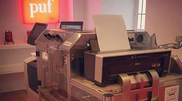 Impressora fabrica os livros na hora (Foto: Reprodução/Facebook/La Librairie des puf)