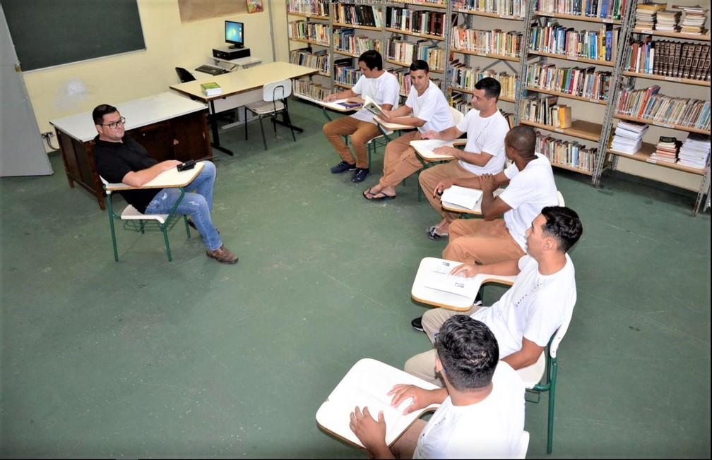 Sem acesso à internet na prisão, biblioteca do CPP é o ambiente mais frequentado por alunos universitários e também os do ensino fundamental e médio — Foto: Marcus Libório/SAP/Divulgação